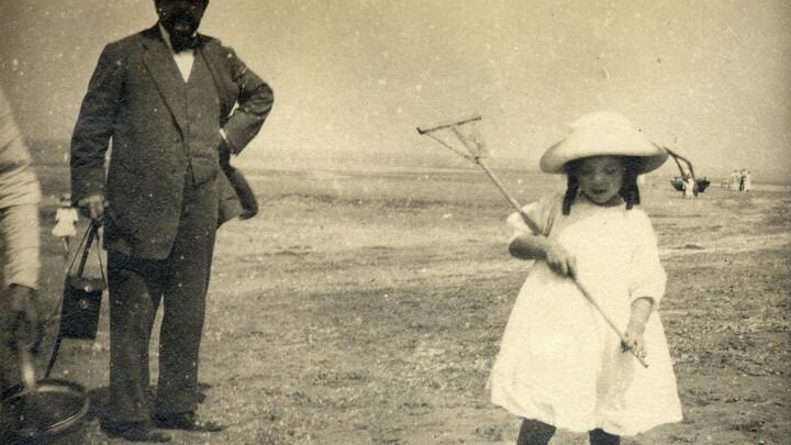Claude Debussy et Chouchou sur la plage d'Houlgate