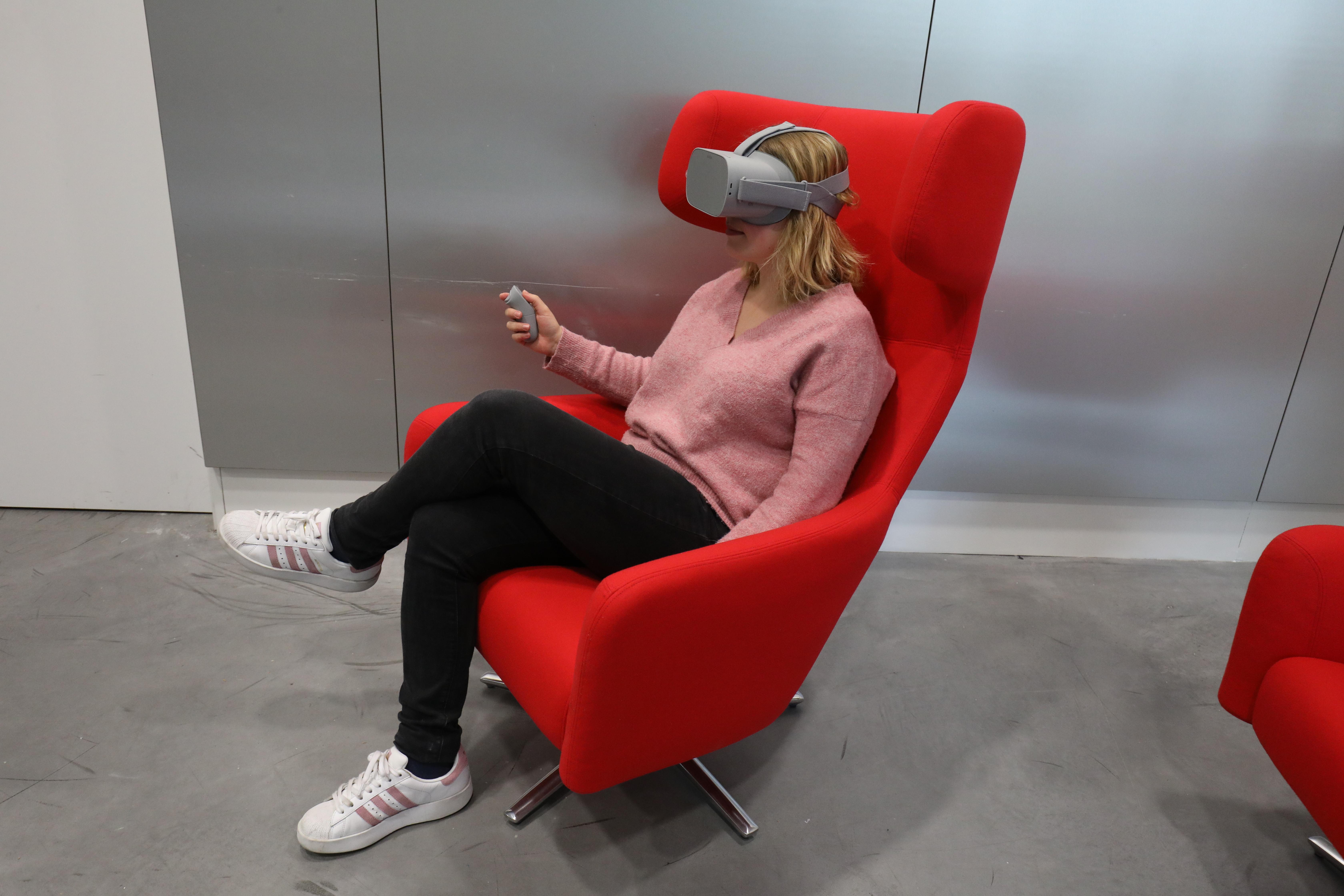 Fauteuil avec le casque de réalité virtuelle